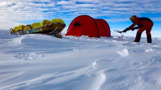 Photo of US man finishes solo race across Antarctica