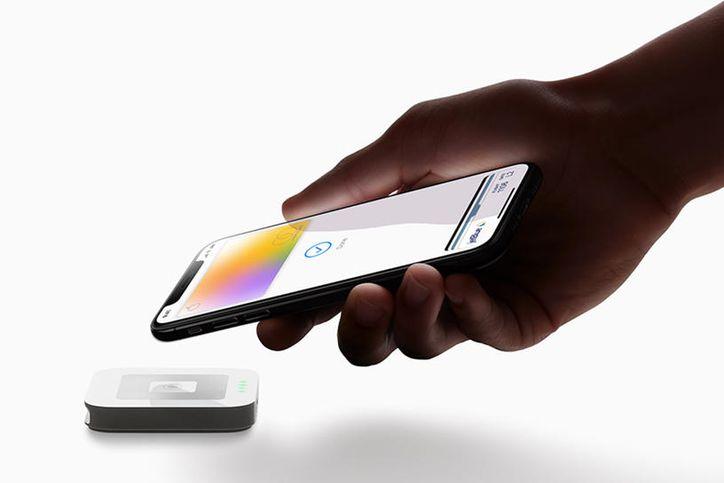 apple-card-hand-iphonexs-payment