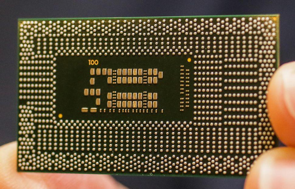 intel-8th-gen-mobile-board-in-hand
