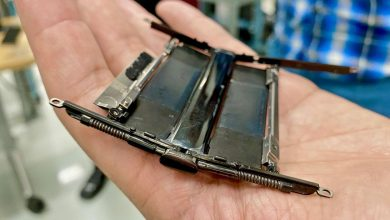 Photo of Motorola's Razr folds in half without a crease. The secret is in the hinge design